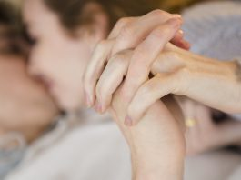 10 Subtle Hand Gestures To Make Your Date Fall For You-likelovequotes